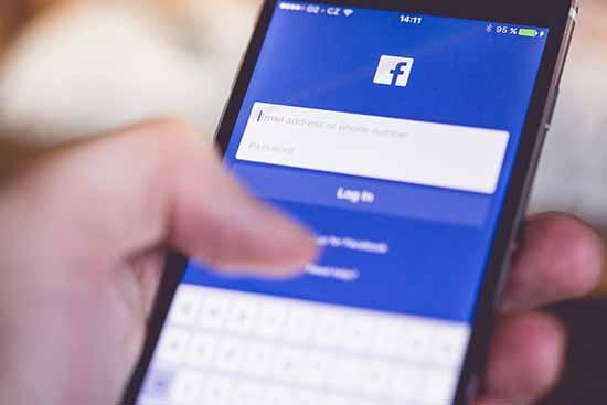 Facebook e la deriva autoritaria - Facebook app- SocialWebMax